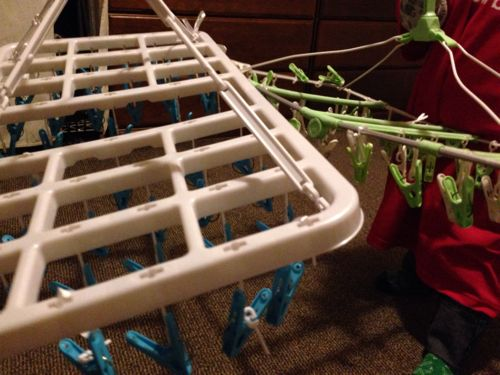 角形ハンガーからとれた洗濯バサミを、ひもで縛って付け直す!
