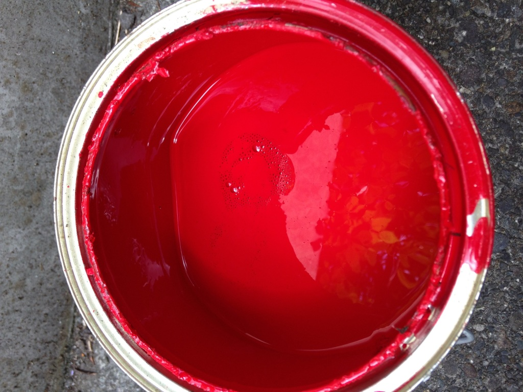 大失敗!ペンキを水で薄める時は、直接ペンキ缶に入れないようにしよう。腐るよ。