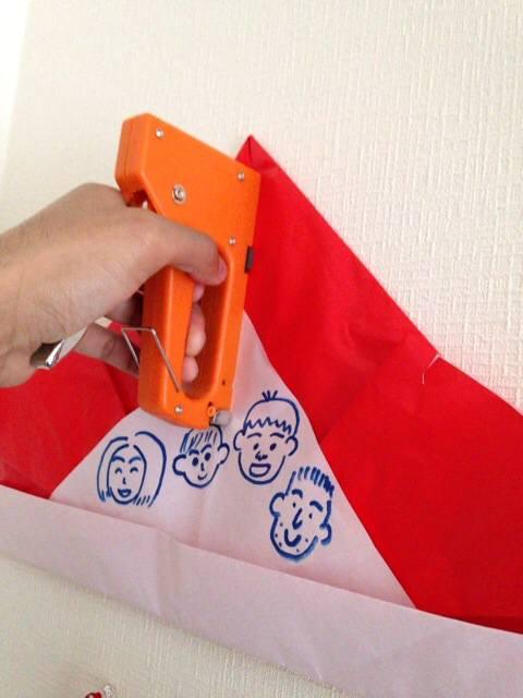 壁に作品を飾りたいなら、ホッチキスが意外に使えますよ