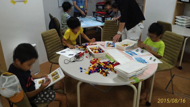 同じような年代の子と、レゴブロックを組み立てます